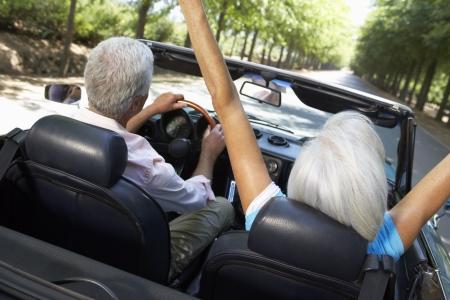 cabrio: Senior paar in de sport auto