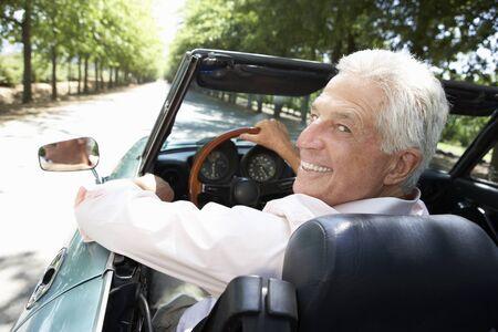 man driving: Senior hombre en el coche de los deportes