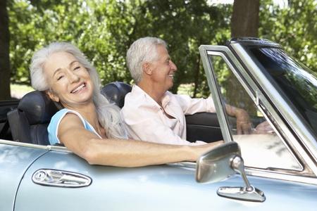 aandrijvingen: Senior paar in de sport auto