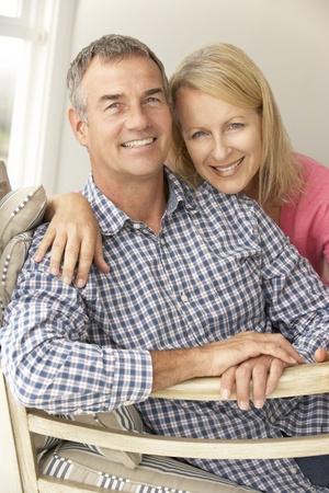 pareja abrazada: Pareja de edad media en el hogar