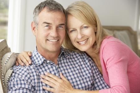 pareja en casa: Pareja de edad media en el hogar