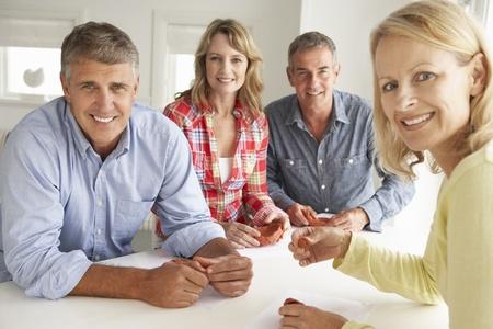 pareja en casa: Las parejas de edad media modelado en arcilla