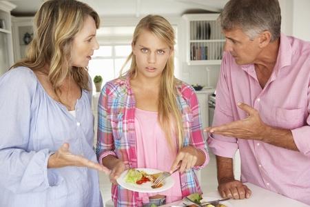 personas discutiendo: Los padres lo que la hija adolescente hacer las tareas en el hogar
