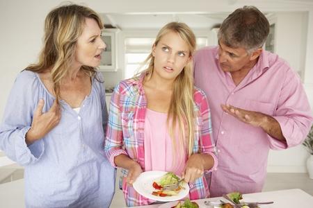 personas discutiendo: Los padres que hacen hija adolescente hacer las tareas en el hogar