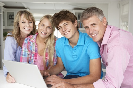 adolescentes riendo: Familia usando la computadora port�til