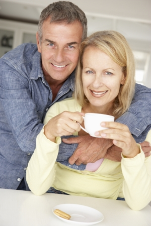 pareja de esposos: Pareja de edad media con el café en casa Foto de archivo