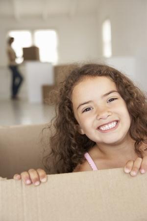 uitpakken: Klein meisje in het nieuwe huis