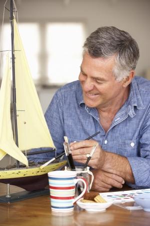 Senior man modelbouw Stockfoto