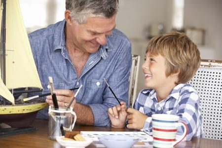 Modelo de hombre mayor haciendo con el nieto