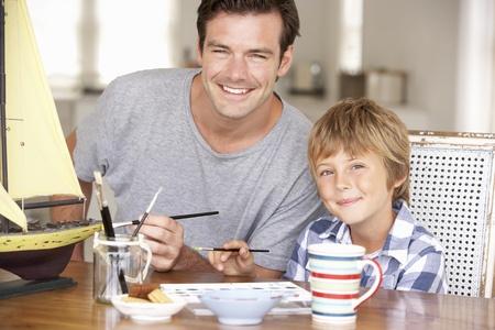 padres e hijos felices: Padre modelo de hacer con su hijo