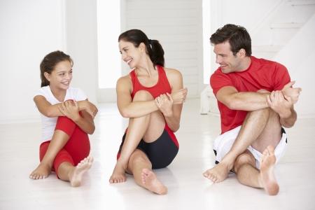 gente saludable: Madre, padre e hija haciendo yoga
