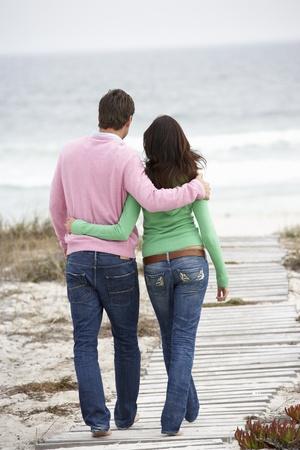 parejas caminando: Pareja paseando por el mar Foto de archivo
