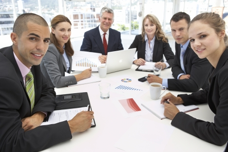 business man laptop: Grupo mixto en la reuni�n de negocios