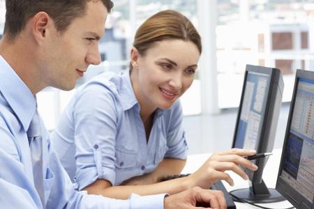 trabajando en computadora: Negocios y la mujer trabajando en las computadoras Foto de archivo