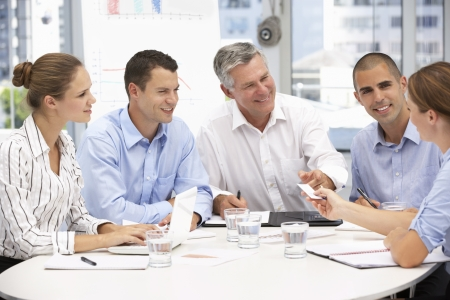 reunion de trabajo: La gente de negocios en el cumplimiento de Foto de archivo