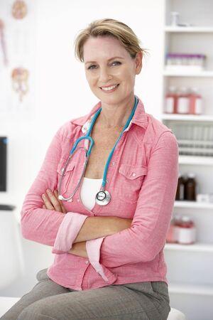 doctora: Mujer m�dico en el consultorio