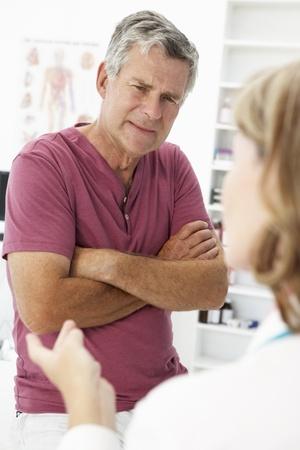 hombres maduros: Hombre alto nivel que visita médico
