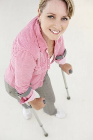 Frau zu Fuß mit Krücken