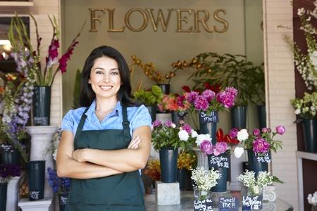 Mujer de pie fuera de floristería