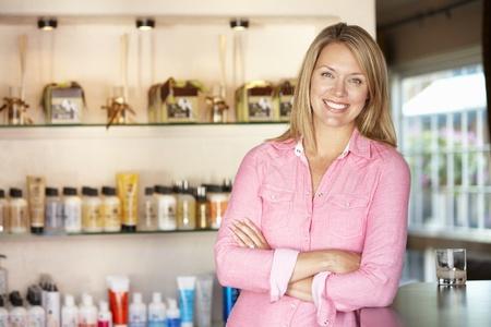 recepcionista: Mujer trabajando en una peluquer? Foto de archivo