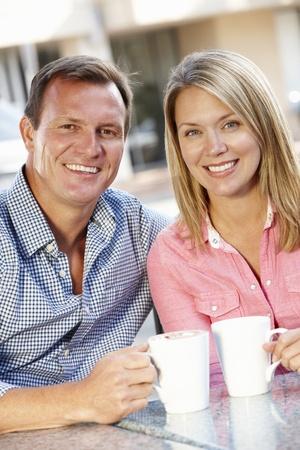 thirties portrait: Couple sitting at sidewalk café