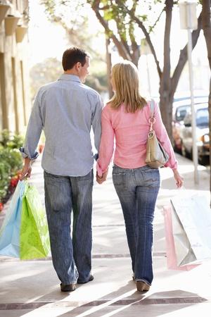 parejas caminando: Pareja llevar la compra