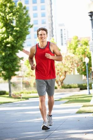 ジョグ: 都市公園で走っている男