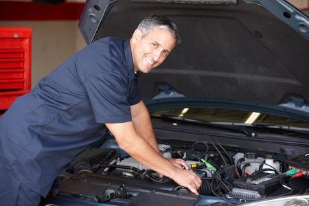 auto monteur: Monteur aan het werk