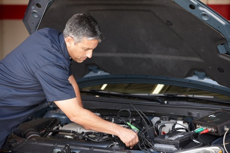 garage automobile: Mécanicien au travail