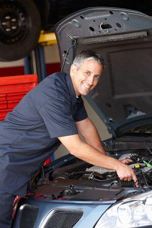 automobile repair shop: Mechanic at work Stock Photo