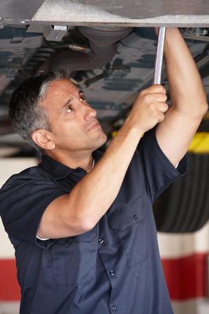 garage automobile: M�canicien au travail