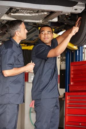 garage automobile: Mécanique au travail Banque d'images