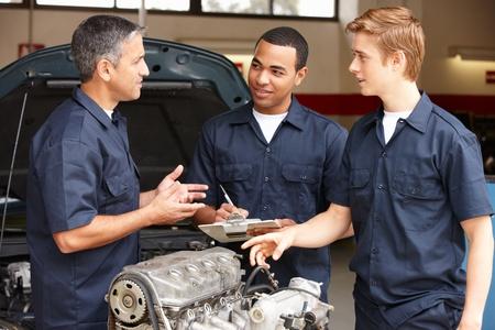garage automobile: M�canique au travail Banque d'images
