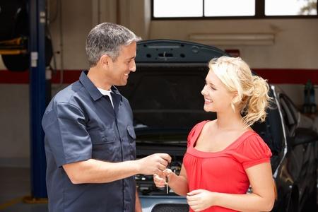 garage automobile: Jeune femme de collecte des soins de la boutique de r�paration