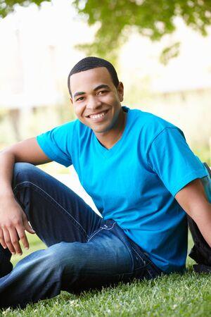 assis par terre: Portrait en plein air jeune homme