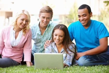 Los jóvenes que utilizan al aire libre laptop Foto de archivo