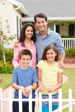 familia en jardin: Familia hispana fuera de la casa
