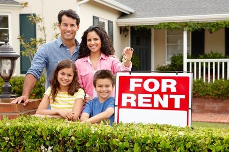 rental house: Familia hispana fuera de la casa en alquiler