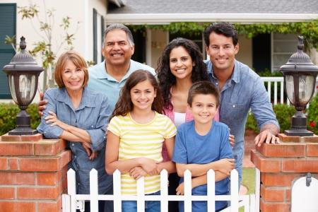 hispanic boy: Familia hispana fuera de la casa