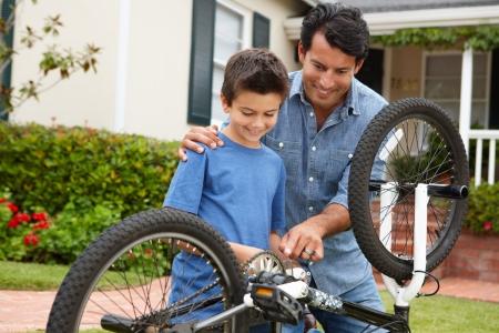 папа: Отец и сын крепления велосипеда Фото со стока