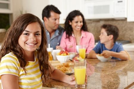 comiendo cereal: Familia hispana de desayunar