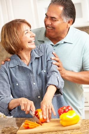sobrepeso: Cocinar pareja de ancianos Foto de archivo