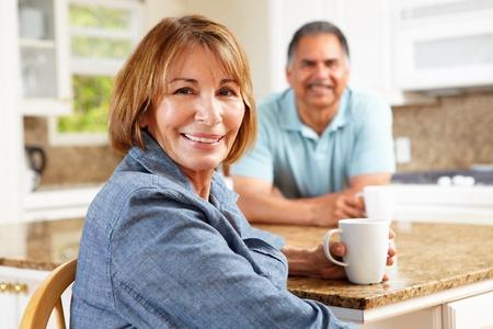 Senior Paar Entspannung in Küche
