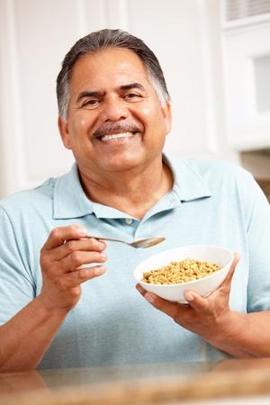 hombre comiendo: Senior hombre comiendo cereales