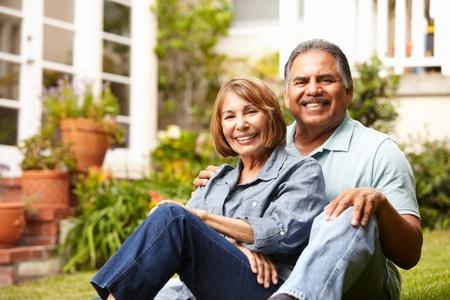 mujeres mayores: Matrimonios de edad relajarse en el jardín Foto de archivo