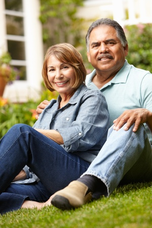 assis par terre: Senior couple de d�tente dans le jardin