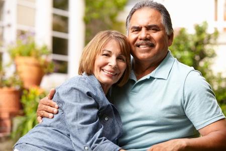mujeres mayores: Senior pareja relaj�ndose en el jard�n