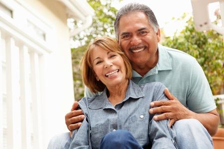persona feliz: Senior pareja relajándose en el jardín