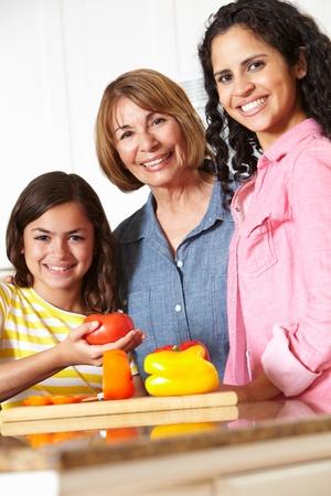 nios hispanos: Madre, hija y cocina de la abuela