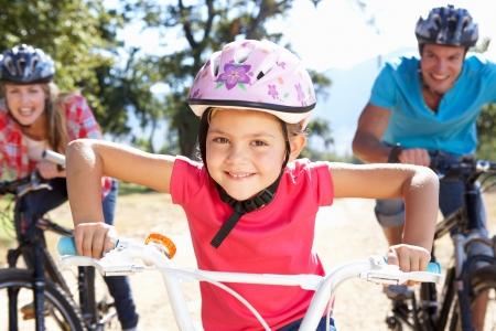 Familia joven en bicicleta de paseo país
